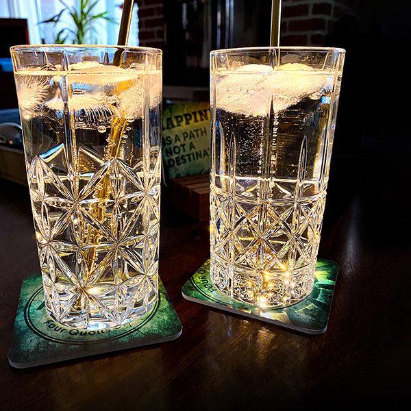 Quolls Klellerladen LED-Untersetzer zwei leuchtende Glaeser Gin Eiswuerfel